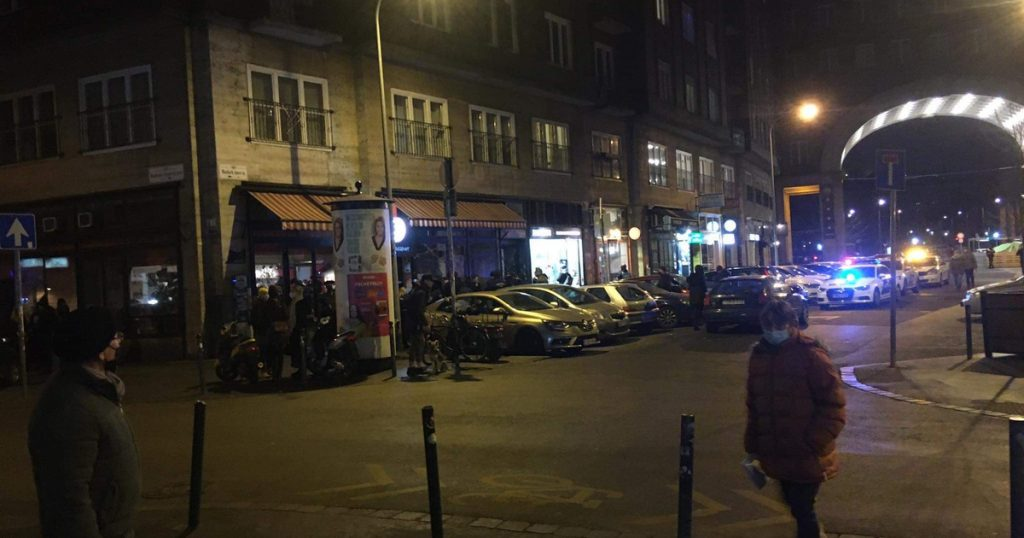 Index - Local - Police officers walked past a bar in Madash Square, closed for 60 days