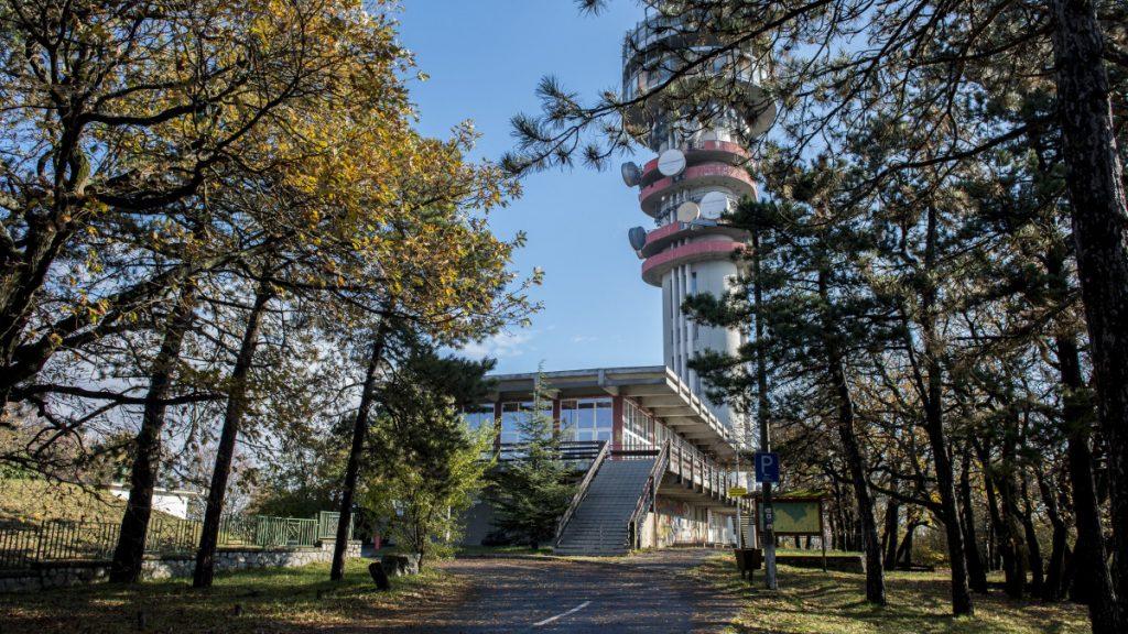 Az egykori Misina étterem épülete a pécsi tévétorony mellett 2016. november 7-én. Mintegy félmilliárd forintos fejlesztéssel megújul a Misina-tetőn található tévétorony és környéke. A tervek szerint az európai uniós forrásból 2018 februárjáig a tévétorony korszerű, LED-es megvilágítást kap, kilátószintje megújul, az építmény közelében információs központot, éttermet, jégpályát, minigolfpályát, játszóteret és parkolókat alakítanak ki, valamint utat, buszmegállót újítanak fel.