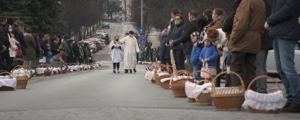 At Miercurea Ciuc, priests consecrated food for miles