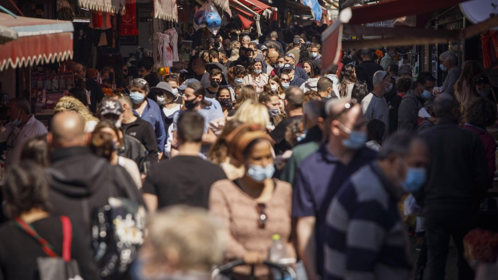 Education resumes for a period of six days in the country of the sample of Coronavirus vaccination, and wearing masks is not mandatory outdoors