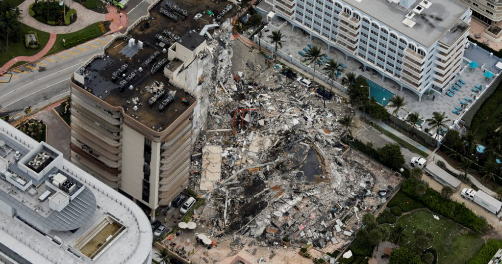 Index - Outside - A fire is burning under the rubble of the collapsed 12-storey house