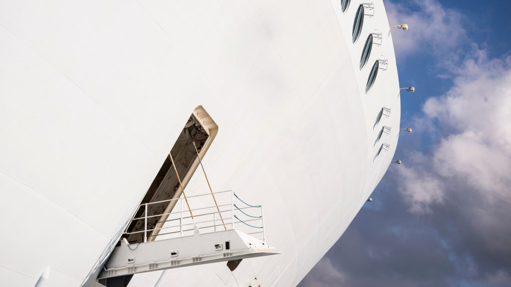 Coronavirus again hits a ship in the ocean: nearly three thousand people locked in their cabins