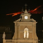 That night, Mount Etna erupted again and covered Sicily in ash - video