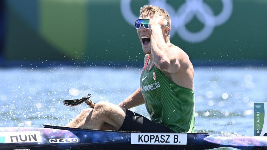 Az aranyérmes Kopasz Bálint a férfi kajak egyesek 1000 méteres versenyének döntője után a világméretű koronavírus-járvány miatt 2021-re halasztott 2020-as tokiói nyári olimpián a Sea Forest Kajak-kenu Pályán 2021. augusztus 3-án.