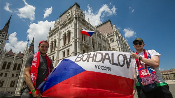 Czech flag in Parliament and Czech fans in Kossuth Square