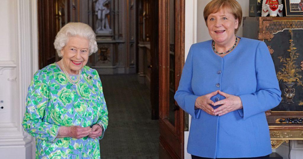 Index - Abroad - Queen Elizabeth and Angela Merkel are happy, Boris Johnson talking about sausage